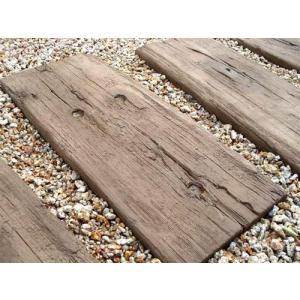 コンクリート製の枕木再現石。イギリスのブラッドストーン社製。本物の枕木のような風合いが非常に素晴らし...