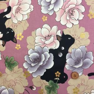 和柄 QUILT GATE 【 花と黒猫 】ねこ ラメ入り  シーチング生地 (ピンク)