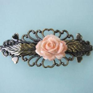 天然のピンクの濃淡が美しいバラの花です。 アンティークな雰囲気の金具ともよく合います。 和装・洋装ど...