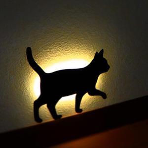 壁面取付猫型音感・照度センサー付きLEDライト ネコのライト フットライト 階段下ライト 電池式 キャットウォールライト2てくてく メーカー直販|toyocase-store
