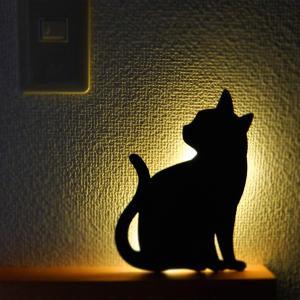 壁面取付猫型音感・照度センサー付きLEDライト ネコのライト フットライト 階段下ライト 電池式 キャットウォールライト2ちら見 メーカー直販|toyocase-store