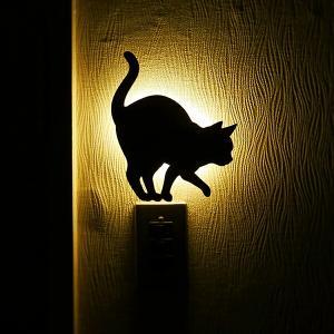 壁面取付猫型音感・照度センサー付きLEDライト ネコのライト フットライト 階段下ライト 電池式 キャットウォールライト2うずうず メーカー直販 93730|toyocase-store