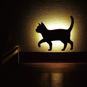壁面取付猫型音感・照度センサー付きLEDライト ネコのライト フットライト 階段下ライト 電池式 キャットウォールライト2おさんぽ メーカー直販 93747|toyocase-store