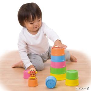 カップが10個ついており、積む以外にも並べたり物を入れたり等、様々な遊びが出来ます。カップの裏面には...