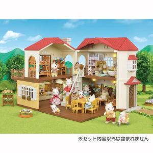 明るい色合いの壁に赤い屋根がすてきな、ショコラウサギファミリーのお家です。お部屋に3つの電気がついて...