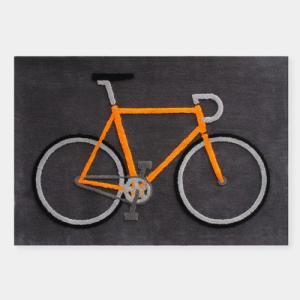 ビビッドなオレンジ色のフレームが際立つ原寸大の自転車が織り描かれたラグマットです。 単純化された自転...