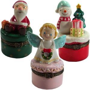 サンタとクリスマスプレゼント、クリスマスリースを抱いたエンジェル、プレゼント、クリスマスツリー、スノ...