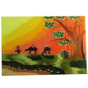 牛に乗って家に帰る村人たちを描いた刺繍絵。ロマンティックなサンセットタイムの風景です。ベトナムの職人...