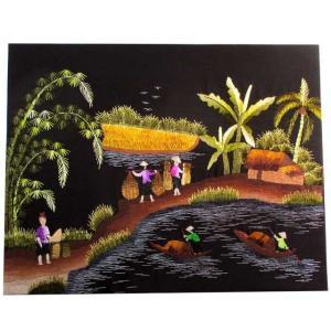 【商品説明】海辺で働く島の女性たちをモチーフにした刺繍絵。女性たちの色とりどりの服装が華やかな印象。...
