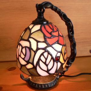 ステンドグラスランプ吊り型1アーム 4色の薔薇の花(フェリシア)15.5×h19  【照明・スタンド】|tsuruyakagu