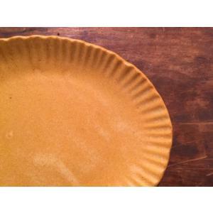 草花のレリーフが印象的な瀬戸焼のケーキプレート、フロルマーガレットです。葉っぱの連続模様が上品で落ち...