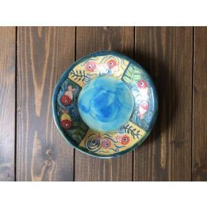 中央にターコイズの釉薬を塗り、周辺の立ち上がりに金魚絵を描いた絵皿です。色絵ですが、土っぽい雰囲気の...