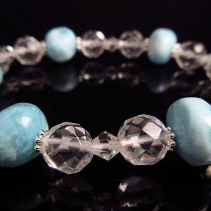 希少天然石パワーストーン ブレスレッド 愛の石として有名なラリマーにハンドメイドの優しさが残る 商品名 「ドミニカ国内加工手削り ラリマー&カット水晶」|twinkle-box