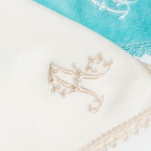 タオルハンカチ イニシャル刺繍 カラーレター アイボリー 名入れ ウチノタオル 内野タオル|UCHINO Online Shop