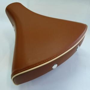 ◆サイドの鋲がレトロな雰囲気のテリータイプサドル   ◆乗り心地の良い大きめサイズ