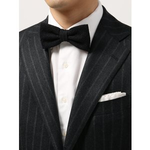 イタリア製の生地を使用し、日本で縫製したこだわりの蝶ネクタイ。シルク×ウールをブレンドした、贅沢ファ...