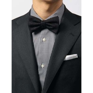 シルク100%を使用した、品の良い光沢感が特徴の蝶ネクタイ。織柄の中に見え隠れするネップが、素朴でナ...