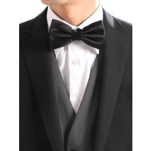 礼装スタイルに相応しい、シルク素材のドレッシーな蝶ネクタイ。上質シルクの艶やかな生地ゆえ、タキシード...