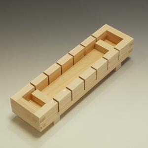 外寸:28×7.5×高さ5.5cm 内寸:25×4.6×深さ4cm 容量:約0.5合 材質:桧
