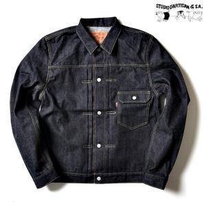 定番の100番台のデニムを使用したスタンダードデニムジャケットです。 袖をカジュアルなタイプの平面的...