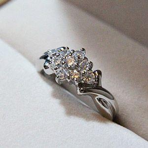 ホワイトキュービックが眩く輝く本格地上げのキラキラリング メール便可|united-jewellery