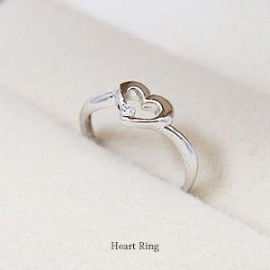 キラッと輝くホワイトキュービックをあしらったとっても可愛いハートモチーフのリング。素材はシルバー92...