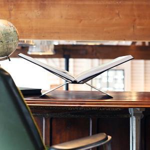 博学で紳士的な彼の書斎。 そのきちんと整理されたデスクには、決まって古い地球儀と、興味深い本がある。...