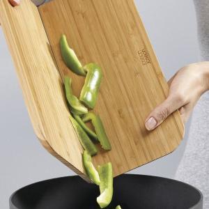 切った食材をこぼさず簡単にお鍋に注ぐことができるまな板です。  丈夫で耐水性に優れた竹製で包丁による...