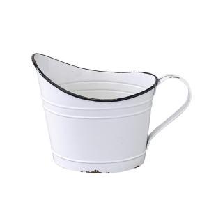 ヴィンテージの水汲みのようなユニークな形の大きなブリキのポット。琺瑯風のペイントと開口部分のデザイン...
