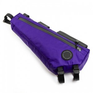 既にラインナップされているフレームバッグとコーナーバッグのちょうど中間となるサイズ。トップチューブに...