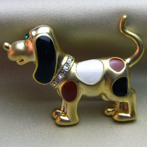 ビーグル犬ブローチ 七宝アクセサリー マットゴールドブローチ 3色・茶・白・黒 |vivace-yokohama