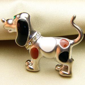 七宝ビーグル犬のブローチ マットロジュウム 白と茶と黒|vivace-yokohama