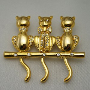 棒の上の3匹のネコのブローチ vivace-yokohama