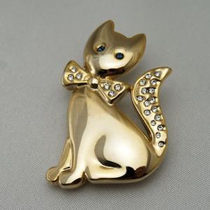 ダイヤの蝶ネクタイをしたネコのブローチ vivace-yokohama