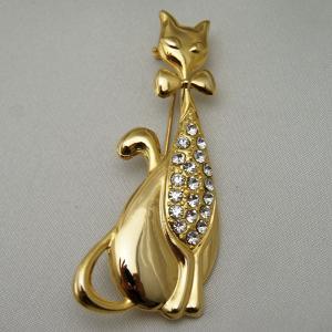 胸にダイヤを飾り蝶ネクタイをしたネコのブローチ。 vivace-yokohama
