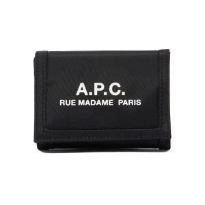 アーペーセー(APC)の二つ折り財布です。バッグやポケットの中でかさばらないコンパクトなフォルムが嬉...