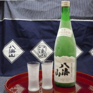 当店の一番人気銘柄《八海山》の年一回限定発売「特別純米原酒720ml」の1本に専用グラスを付けました...
