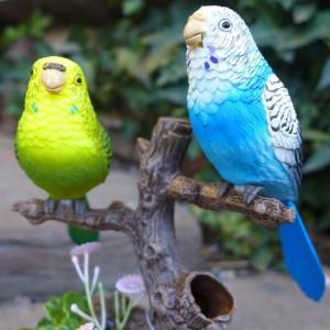 商品詳細商品説明インコの置物 小鳥の置物 インコ ムービングバードでございます。鳥を撫ぜたり、近くで...