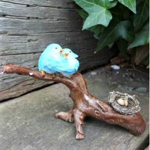 商品詳細商品説明森の仲間たち バードファミリーの置物です。枝の上でひな鳥を抱いているカップルです。森...
