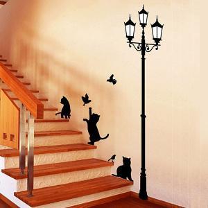 ウォールステッカー 猫 階段で遊ぶ猫と街灯 貼ってはがせる のりつき 壁紙シール ウォールシール 動物 アニマル|wallstickershop