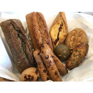 小麦のおいしさにとことんこだわり抜いた天然酵母、国産小麦全粒粉100%のパン8種類10点セットです。...