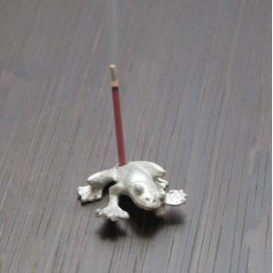 錫香立て(蛙)アジアン バリ 香炉に合うアジアン 雑貨 香炉 仏具 (お香立て/お香 セット)香炉 中国 インセンスホルダーやカエル インドネシア ア|wanon333