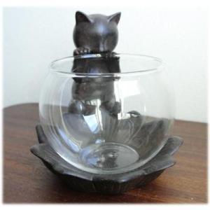 【商品の特徴】 使い方は色々、活け花や装飾品を入れておける付属のグラスを覗き込んでいる猫の置物です。...