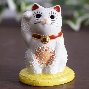 金運満足! つぶらな瞳がかわいい金の小判に乗った招き猫です。九谷焼の「金」は金運を表わし、右手は「金...
