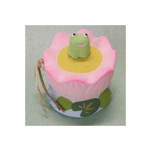 蓮の花の上にちょこんと蛙が座っています。夏のお飾りにピッタリです。 幅5cm×奥行5cm×高さ6cm