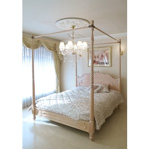 お客様のご希望により人気の天蓋ベッドをカラーをピンクベージュ色、彫刻をオードリーリボンの彫刻で製作を...