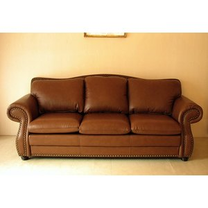 格調高い英国スタイルのソファ。 セミアニリン染めの上質なイタリア製の本革を背面にまで惜しげもなく使用...