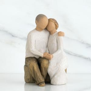 これまでも、そしてこれからも  この像は、スーザンの両親をモデルにして制作されました。彼女が両親に、...