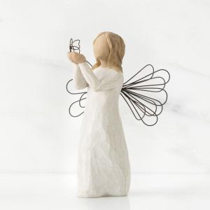 """解き放たれる夢  """"自由""""と名付けられたこの天使像の手元には、ワイヤーで形作られた蝶々が留まっていま..."""