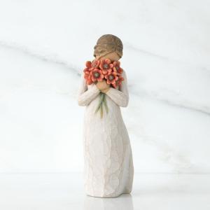 あふれる愛があなたを包む  彼女の顔は花束に覆われて、ちょっとはにかんでいるようにも見えます。花の香...